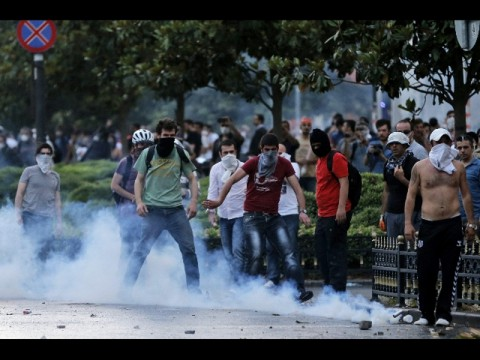 istanbul-decine-feriti-in-nuovi-scontri_b2422580-ca98-11e2-a8ef-bbeef6c46a11_display